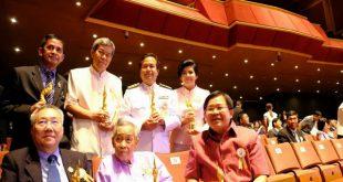 """""""เทพชัย หย่อง"""" ร่วมยินดี อุปนายกบริหารสมาคมสื่อมวลชน จชต. รับโล่รางวัลและใบประกาศเกียรติคุณระดับนานาชาติ องค์กร ค้านบุคคลต้นแบบดีเด่น ประเภทสื่อสารมวลชน รางวัล""""Naga Awards"""" ครั้งที่ 1"""