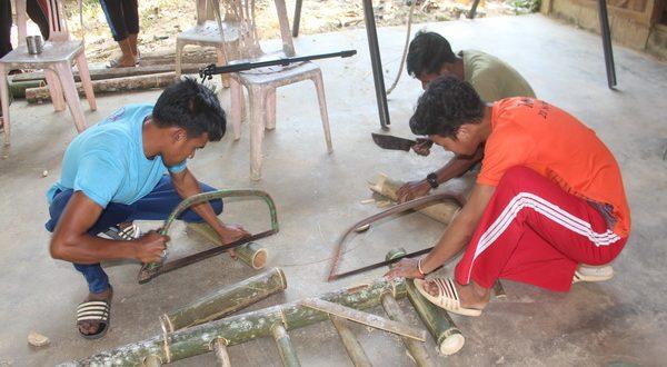 เยาวชนบ้านนากอ ต.อัยเยอร์เวง อ.เบตง จ.ยะลา ใช้เวลาว่างหลังจากกรีดยางพารารวมกลุ่มทำผลิตภัณฑ์ จากไม้ไผ่ จำหน่าย หารายได้เสริม ยอดสั่งจองจำนวนมาก