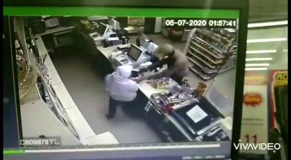 วงจรปิดจับภาพคนร้าย บุกจี้ร้านสะดวกซื้อรู้เบาะแสแจ้งตำรวจโก-ลก