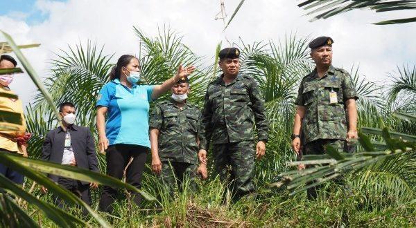 """ผู้บัญชาการพล.15 ย้ำ """"ทหารเป็นที่พึ่งของประชาชนเสมอ"""" ลงพื้นที่ติดตามคืบหน้าแก้ปัญหาประชาชนขาดแคลนน้ำ ในโครงการหมู่บ้านเศรษฐกิจพอเพียง"""